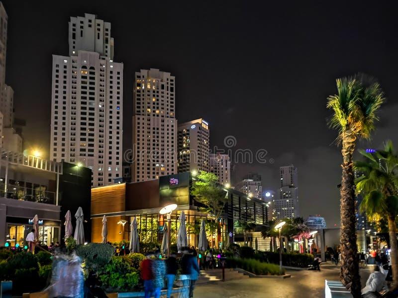 JBR, estância de verão de Jumeirah na noite, uma atração turística nova e área residencial dos arranha-céus em Dubai, Emiratos Ár foto de stock