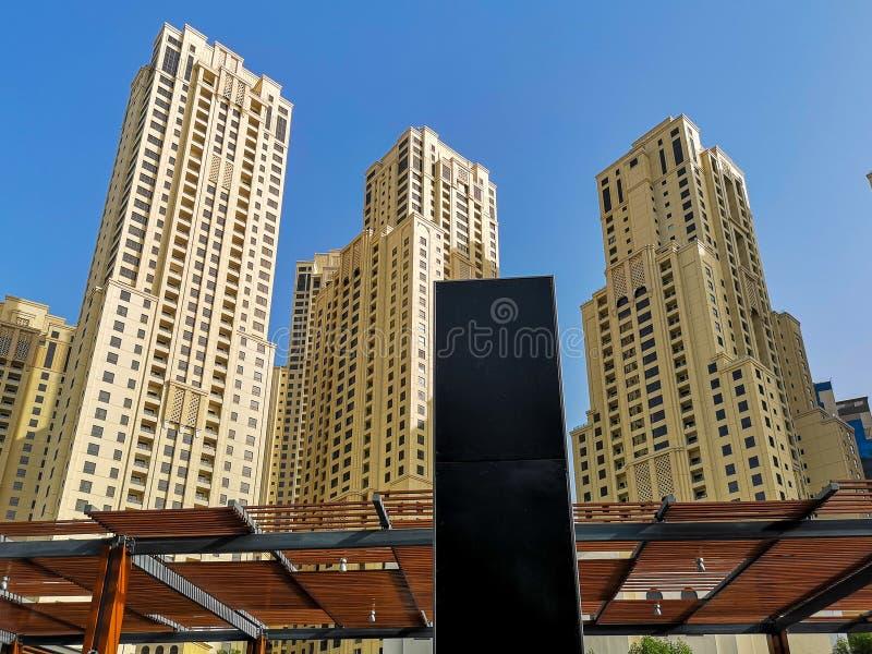 JBR, Jumeirah-Strandtoevlucht, een nieuw toeristische attractiegebied met winkels, restaurants en woonwolkenkrabbers in Doubai, V royalty-vrije stock foto