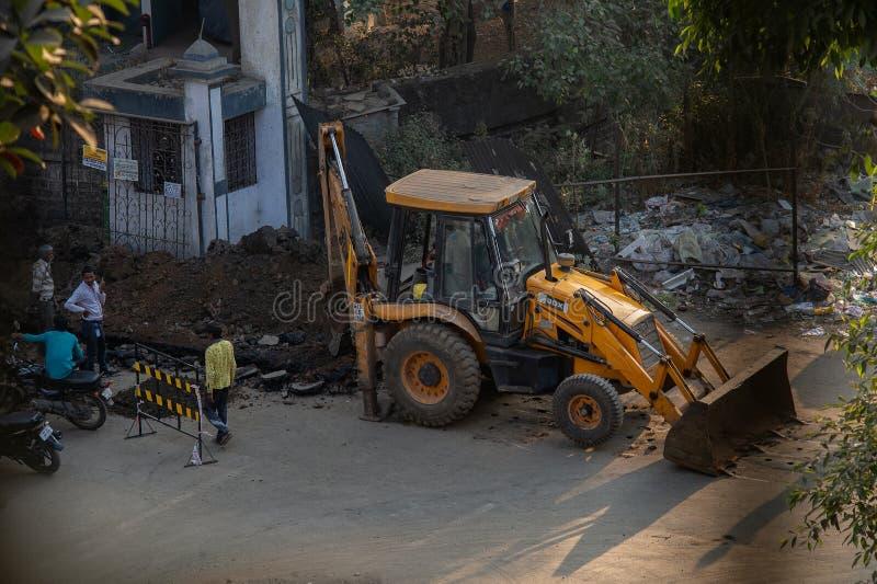 Jcb-grävskopor på att arbeta för väg royaltyfria foton