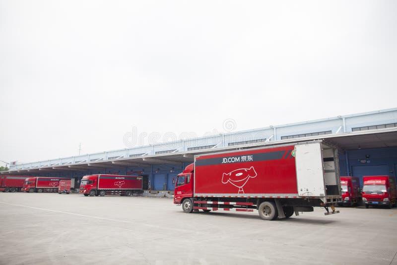 JD COM-LKWs, die ankommende Waren empfangen und Versand beim Nordost-Porzellan vorbereiten, basierten Lager und Verteilung Gu'an stockbild