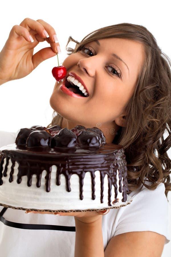 Jeść czekoladowego tort z wiśnią obraz stock