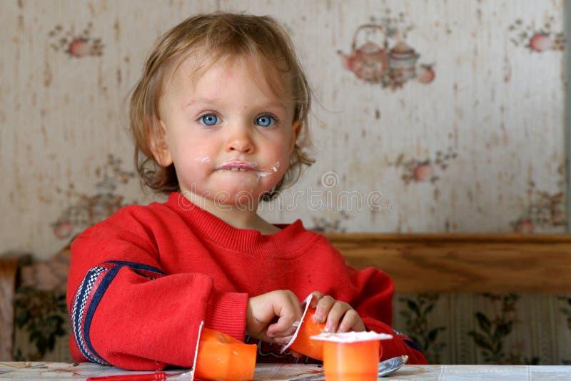 jeść jogurt fotografia stock