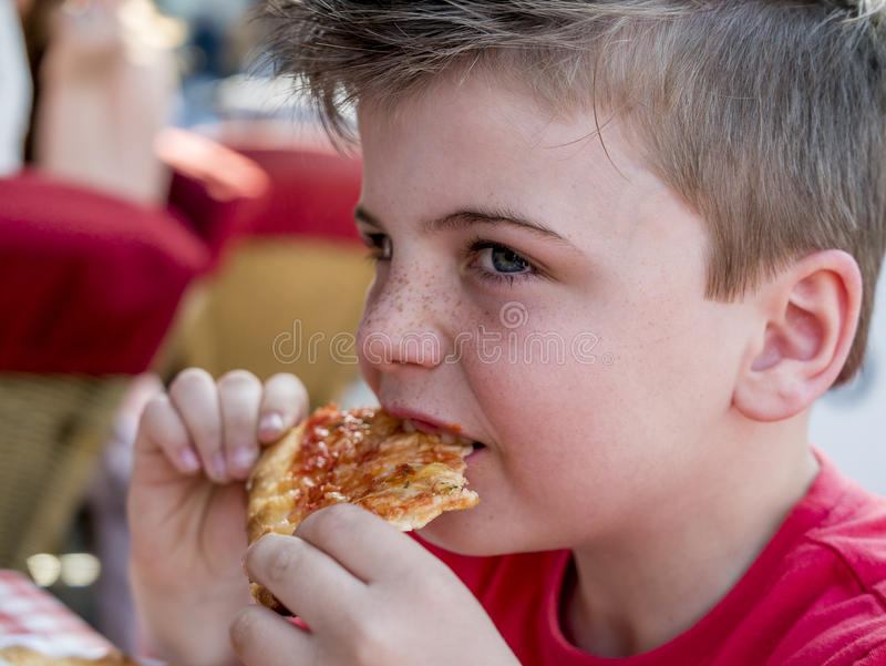 jeść pizzy zdjęcie royalty free