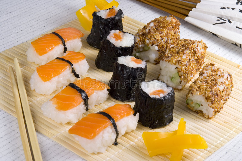 jeść sushi obraz royalty free