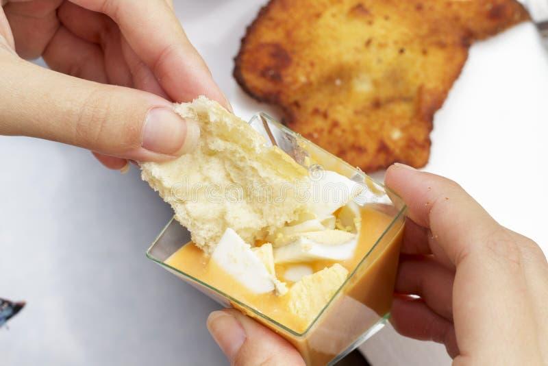Jeść zakąskę Andaluzyjski salmorejo z twardymi jajkami fotografia royalty free