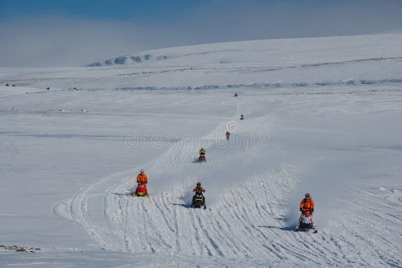 Jeźdźcy Snowmobile na wyżynach Islandii obraz royalty free