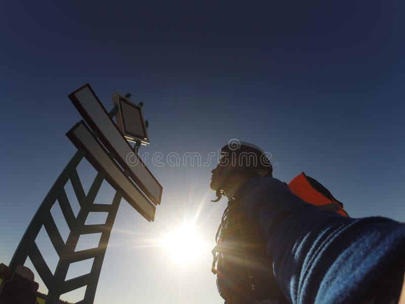 Jeźdzów spojrzenia przy znakiem, niebieskim niebem i jaskrawym słońcem, fotografia stock