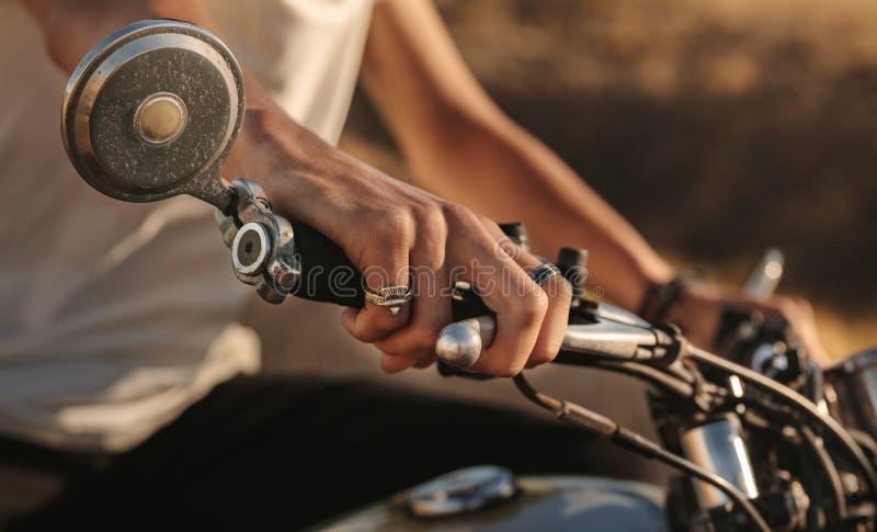 Jeźdza ` s ręka na motocyklu handlebar zdjęcie stock