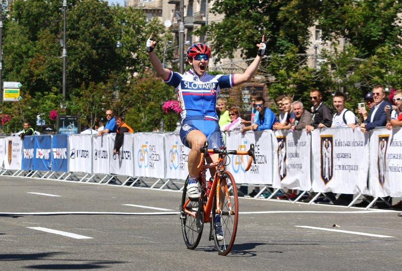 Jeździć na rowerze: Horyzontu parka rasy kobiet wyzwanie w Kyiv, Ukraina obraz royalty free