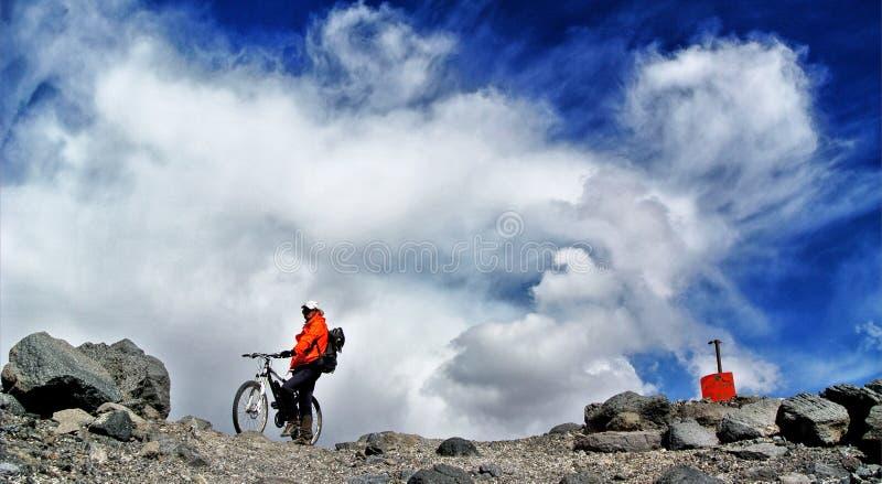 Jeździć na rowerze na Ojos Del Salado fotografia royalty free