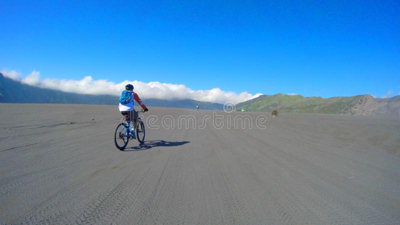 Jeździć na rowerze wokoło bromo góry Indonesia obraz royalty free