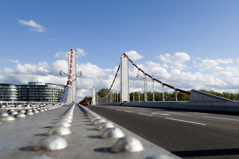 Jeździć na rowerze wzdłuż Chelsea mosta w Battersea, Londyn obraz stock