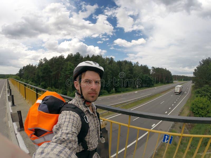 Jeździec bierze selfie na moscie, obrazy royalty free