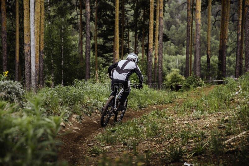 Jeździec na rowerowej nadchodzącej puszek górze zdjęcie royalty free