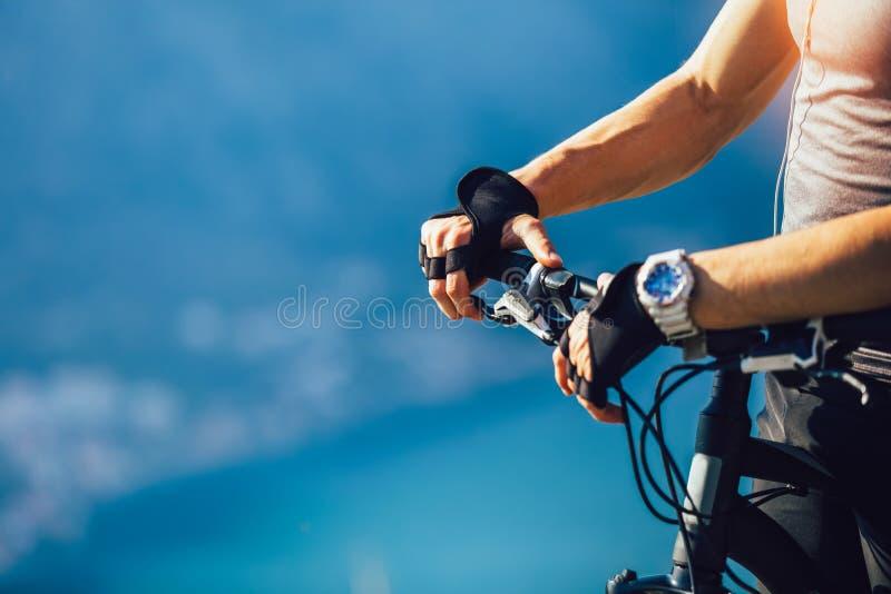 Jeździec ręka na roweru górskiego handlebars zdjęcia royalty free
