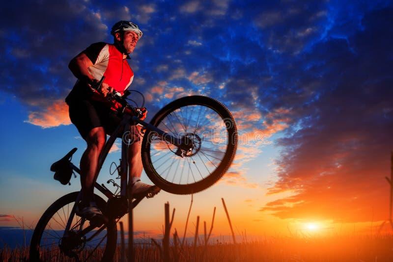 Jeździec w akci przy stylu wolnego roweru górskiego sesją zdjęcia stock