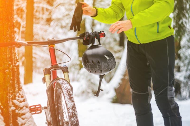 Jeździec wiesza jego hełm na rowerowych handlebars zdjęcia royalty free