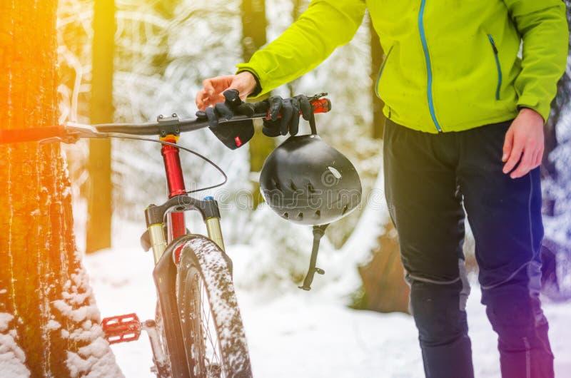 Jeździec wiesza jego hełm na rowerowych handlebars obraz stock