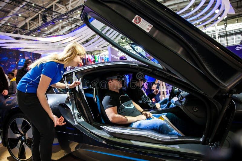 Jeżdżenia BMW i8 terenówka Microsoft HoloLens IBM firmą na powystawowym uczciwym Cebit 2017 i rzeczywistość wirtualna wewnątrz fotografia royalty free