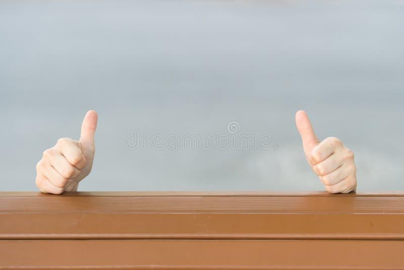 Je?eli ty lubisz mnie kciuki ups Ludzkie r?ki daje kciukom ups znaka na popielatym tle Przed?u?y? r?ki z kciukami ups obrazy royalty free