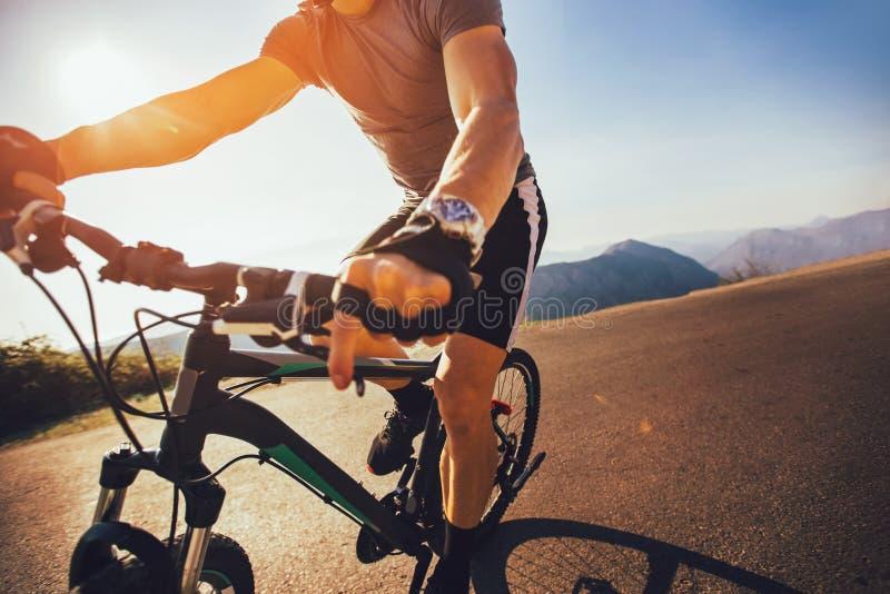 Je?dziec r?ka na roweru g?rskiego handlebars fotografia royalty free