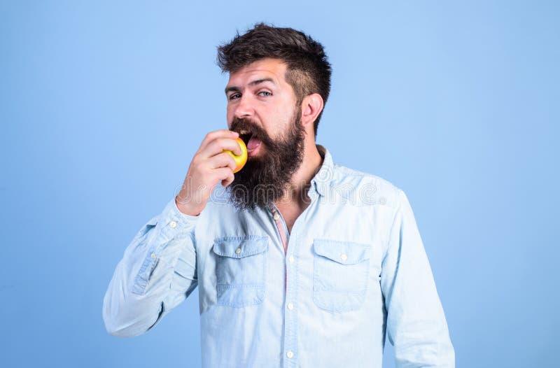 Je jabłka może pomagać niskim krwionośnego cukieru poziomom i gaceniu przeciw cukrzycom to zdrowy Mężczyzna z broda modnisia chwy obraz stock