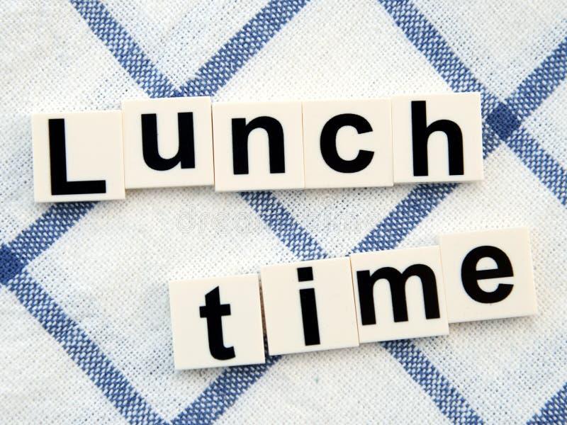 Je lunch czas, abecadło blok na stołowego płótna tle obraz royalty free