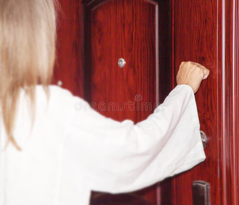 Je me tiens à la porte et frappe photographie stock libre de droits