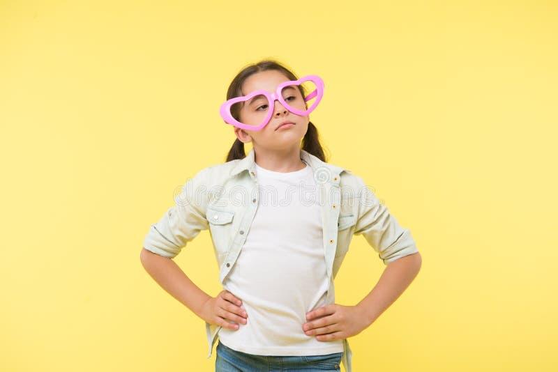 Je ne m'inquiète pas Fond indifférent calme de jaune de visage d'enfant Enfant malheureux pour ne pas vouloir des sentiments d'ex photos libres de droits