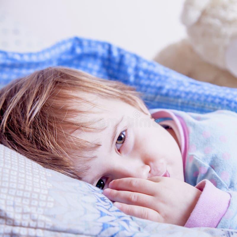 Je ne veux pas dormir encore Petite fille active mignonne drôle ayant photographie stock