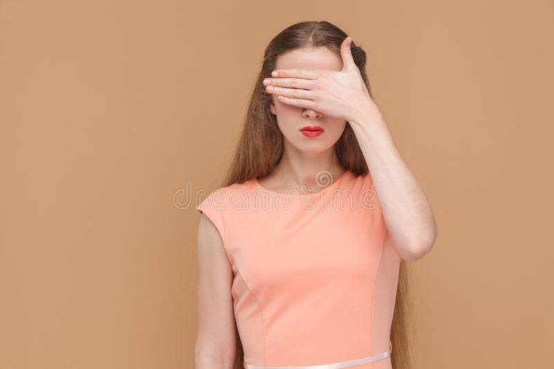 Je ne veux pas voir ceci yeux couverts avec la main image libre de droits