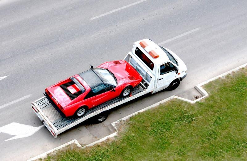 jeûnent la vieille voiture de minuterie sur le véhicule de transporteur photos stock