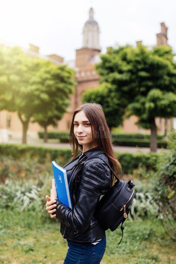 Je passe mon examen Joli étudiant universitaire féminin attirant amical mignon en parc de collage image stock