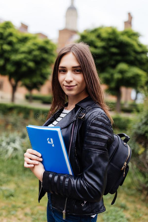 Je passe mon examen Joli étudiant universitaire féminin attirant amical mignon en parc de collage photos stock