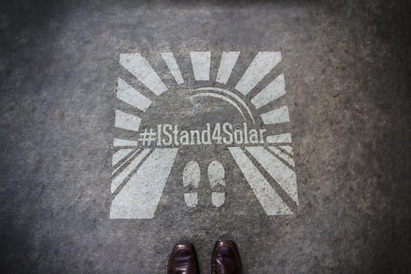 Je représente le pochoir solaire dans le trottoir photo stock