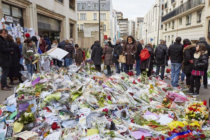 """""""Je suis Charlie"""" - sörja på 10na Rue Nicolas-Appert för offren av massakern på den franska tidskriften """"Charlie Hebdo"""", arkivbilder"""