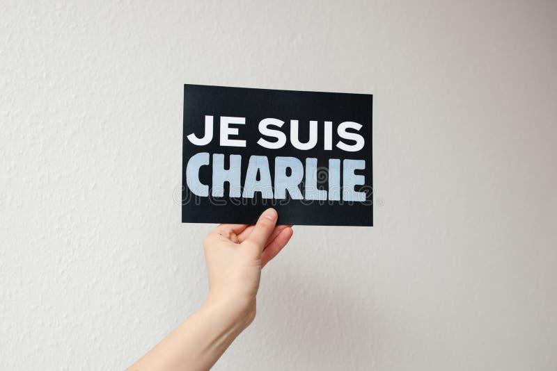 Je Suis Charlie undertecknar in kvinnans hand royaltyfria bilder