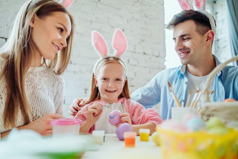 Je suis heureux que mes parents se préparent à la célébration de Pâques avec moi La famille se prépare à Pâques ensemble photographie stock libre de droits