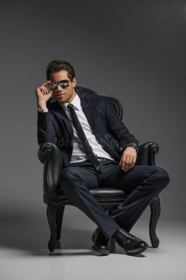 Je suis un patron. Jeunes hommes d'affaires sûrs dans des lunettes de soleil reposant o image libre de droits