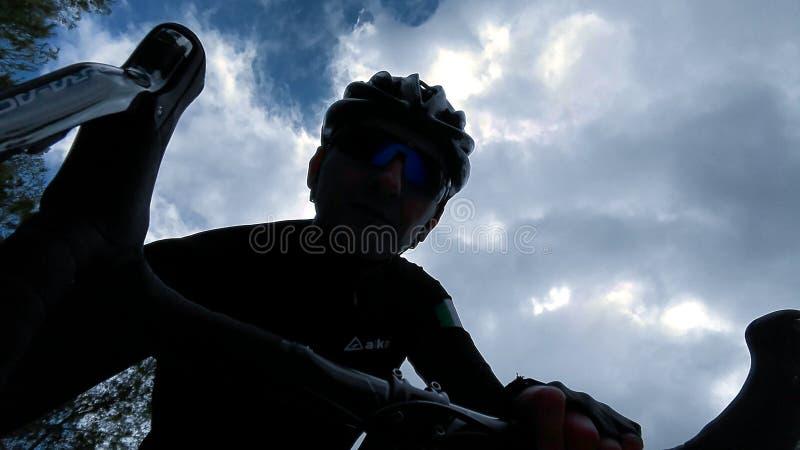 Je sur le vélo images stock