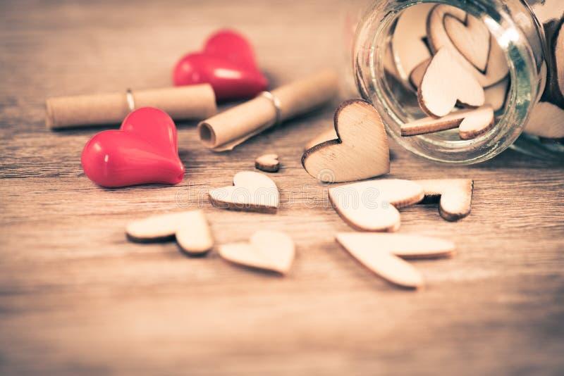 Je t'aime chaînes principales dans en forme de coeur avec le coeur rouge images stock