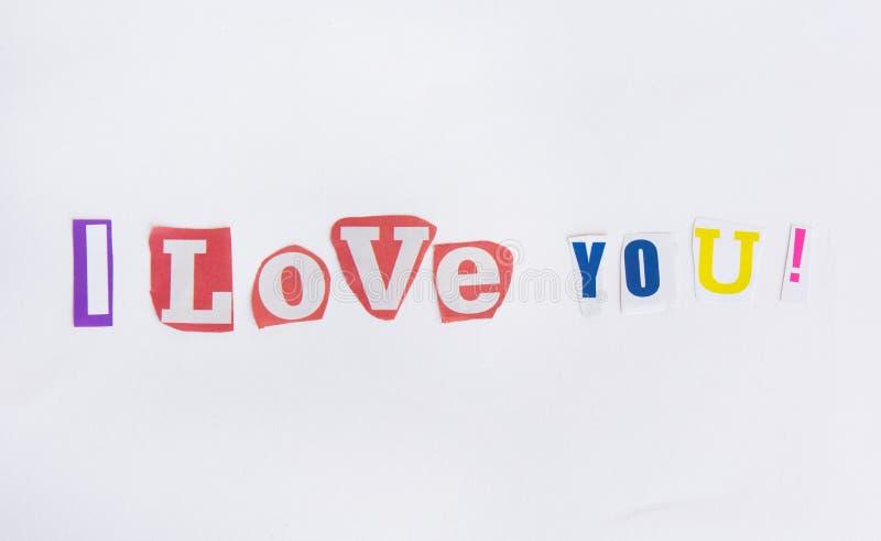 Je t'aime des lettres coupées des journaux photos stock