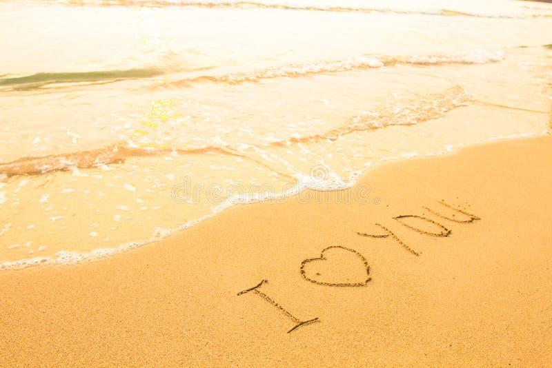 Je t'aime - inscription sur le sable de plage image stock