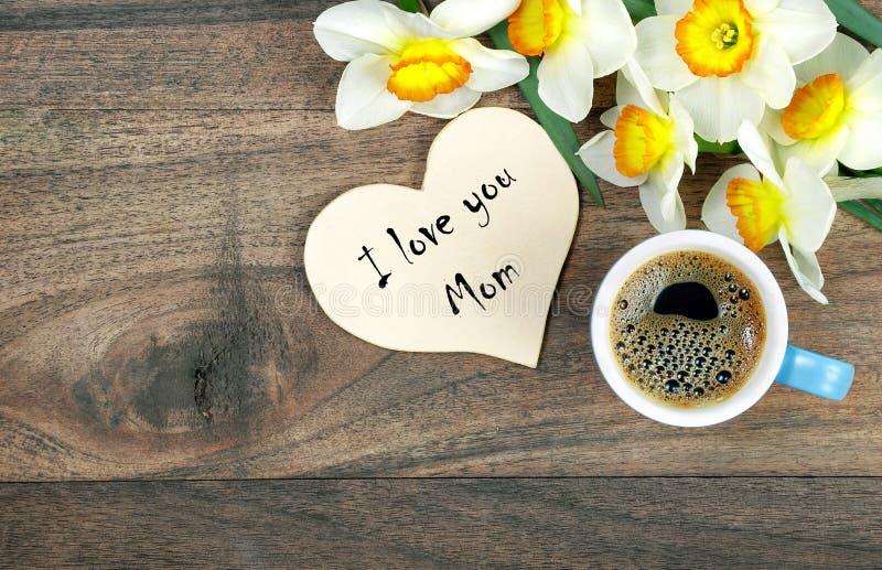 Je t'aime maman Carte de voeux pour le jour du ` s de m?re Tasse de fleurs de caf? et de ressort sur une table en bois photo libre de droits