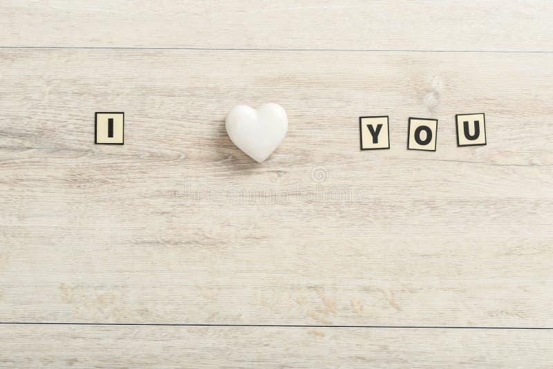 Je t'aime message romantique sur le bois avec un coeur de marbre images libres de droits