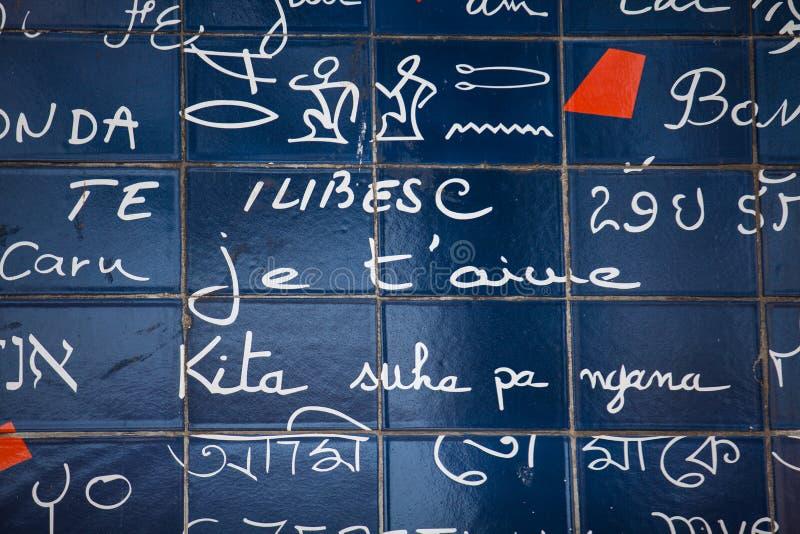 Je t'aime mur situé au voisinage parisien célèbre de Montmartre dans l'hiver photos stock