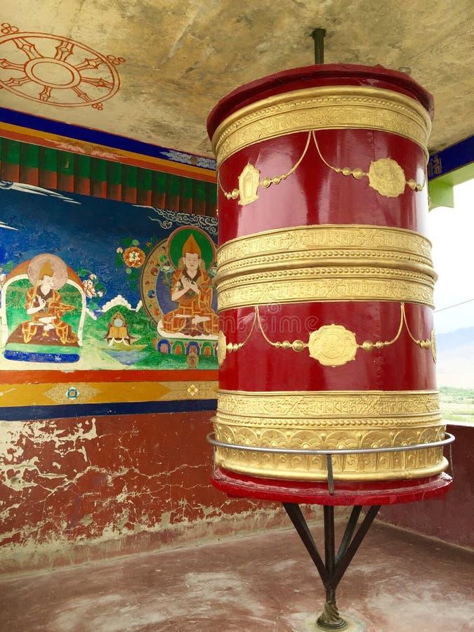 Je Tsongkhapa som föreställas bak ett bönhjul som lokaliseras i momenten som leder till den huvudsakliga delen av den Thiksay klo royaltyfri bild