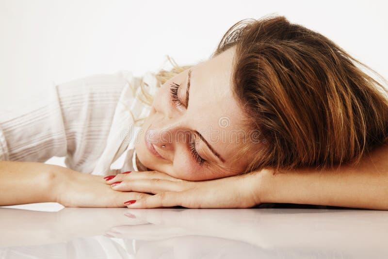 Je veux dormir La jeune femme d'affaires a fatigué de l'esprit de travail de bureau photos stock