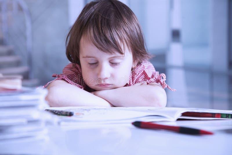 Je veux dormir Petite fille d'enfant d'affaires fatigu?e du travail de bureau avec des documents photos libres de droits