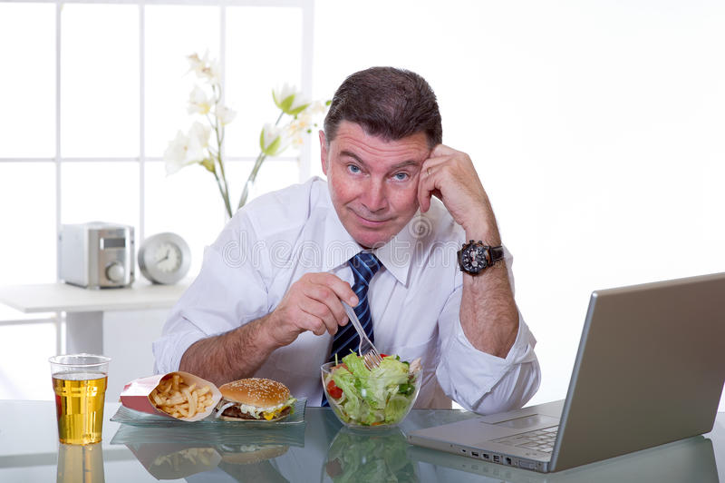 je zielonego mężczyzna biura sałatki zdjęcia royalty free